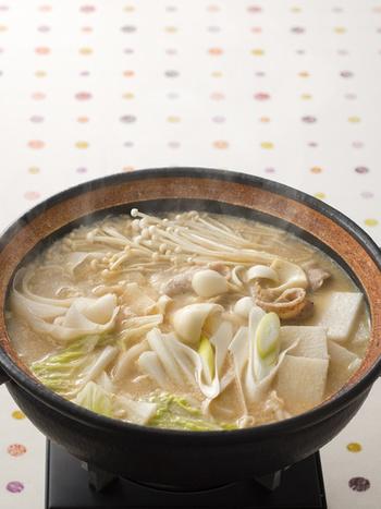 長芋にゆり根、えのき、ねぎ、大根、白菜と白い野菜がたっぷり入ったヘルシーな豆乳鍋。やさしい味わいで、ほくほくと温まりそうですね。