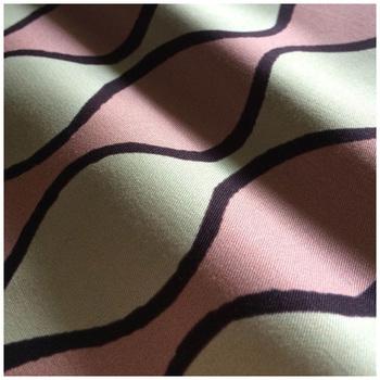 綺麗なピンクにやわらかな曲線。母性という名がピッタリ。「キジニチジョウ」を始めて、最初につくった生地なんだそう。カラーは他に「ピンク・クロ・アオ」があります。