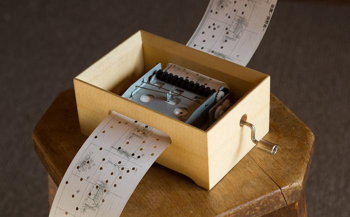 こちらは、カード式オルゴール(オルガニート)の箱、「MUSIC BOX」。オルゴール本体だけでは良い音は出せず、外側の箱で共鳴させる事が重要なので、高級楽器材として使用されるスプルースとマホガニーの組み合わせで作られています。とてもシンプルな箱ですが、木目を切らさない加工や、繊細な面取り加工(角の処理)など細かい部分に気を配って制作されているため、存在感がありますね。