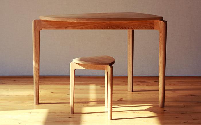 「さんかくスツールをみて気に入ったので、おなじデザインでテーブルを」という注文から制作された「さんかくテーブル」。3本足なので倒れにくくかつ、テーブル面はなるべく広く・・・という条件を形にしたデザイン。注文した方は「さんかくスツール」とセットで使われているそうです。