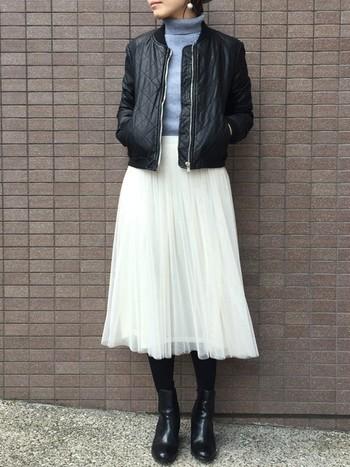 ひらひらと揺れる白のチュールスカートがデートにぴったり。キルティングのような格子状の模様が入ったレザージャケットなら、かわいさとかっこよさがちょうどいい塩梅で女性らしい服装も、狙った感がありません。