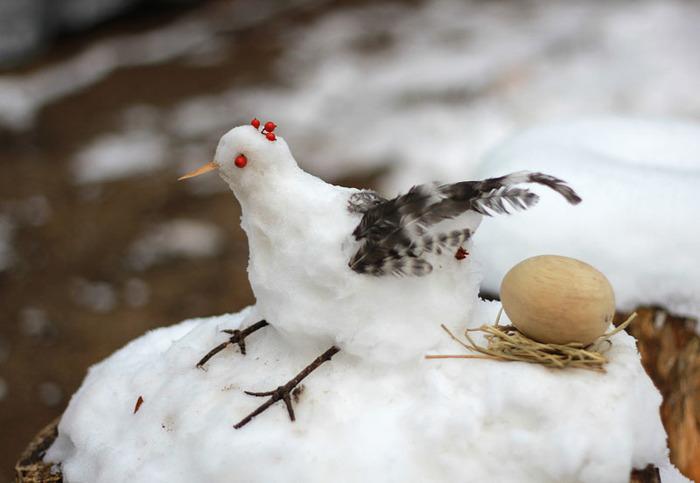 雪のにわとり。鶏の世話をしている妹さんと、鳥おたくのお父様が合作されたそうです。