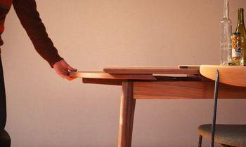 テーブルは、来客時など、人数が増えたときに補助天板を引くだけで伸張できるエクステンションテーブルになっています。天板の伸びる仕組みは、イギリスのアンティーク家具で使われているドローリーフ方式。 日本ではあまり見られない方式ですが、シンプルな構造で金具を使わず、たたんだ時もすっきりとしているのが特徴です。
