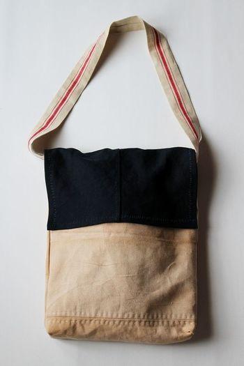 『酒袋×リメイク ふた付ショルダーバッグ』  明治時代頃に使われていた酒袋をリメイクしてつくられた木綿の大きめショルダーバッグ。太くて長いストラップ部分と裏地にはアンティークリネンを贅沢に使用しています。