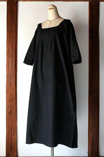 『アンティークコットン×染 スクェアネックワンピース』  約100年前にフランスで作られたアンティークコットンを日本で黒染めしたワンピース。スクェアネックなので、首元が広く開きスッキリとしたデザインです。