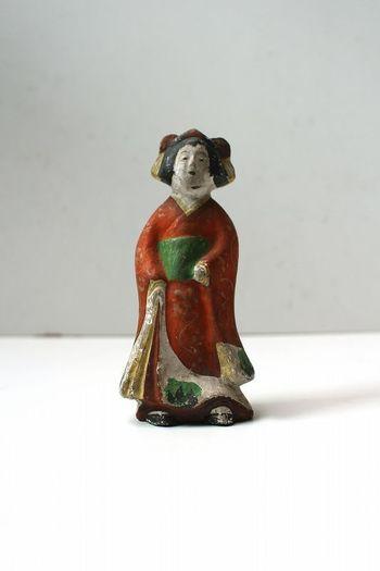幕末から明治時代にかけて作られたと思われる着物姿の土人形。素朴な顔立ちが何とも言えずユーモラスな雰囲気です。