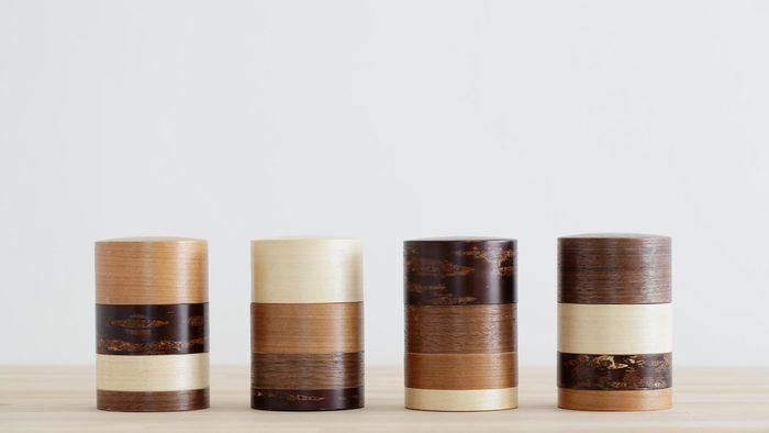こちらの藤木伝四郎商店の茶筒は「輪筒」という名前で、かえで、さくら、くるみなどの木の種類によって色柄が異なり、組み合わせによって様々な表情を楽しめます。2011年に、グッドデザイン賞を受賞しました。