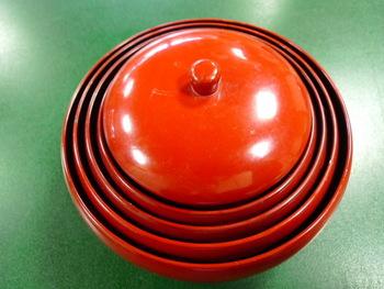 鉄鉢とは、もともとは僧侶が托鉢で食物などを受け取る際に使っていた丸い器です。食べ終わった後はこのように器をコンパクトに重ねられるようになっています。