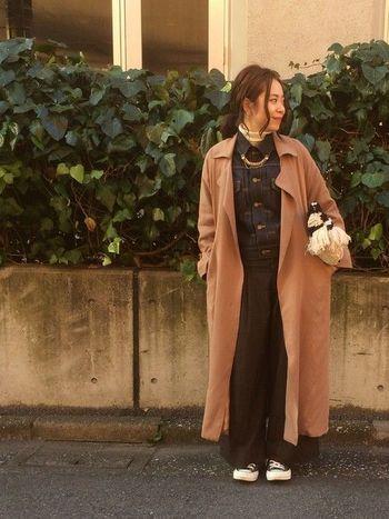 コートの中にデニムジャケットを着る「アウターONアウター」の上級者コーデ。かっちりした印象だけど、足元からちらりと見えるスニーカーがとってもおしゃれ♪