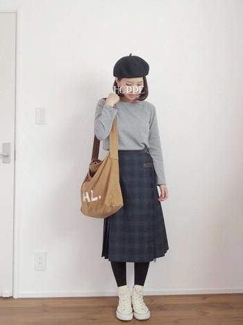 プリーツスカートにベレー帽のおめかしコーデにハズしのハイカットスニーカーをプラス。個人的にはショートダッフルを合わせてスクールガール風に仕上げたい。