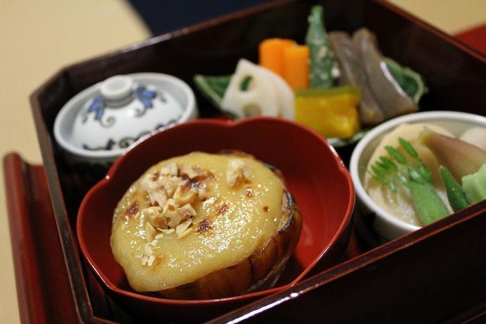 お昼限定の縁高(ふちだか)弁当。賀茂茄子田楽や煮物など、季節の食材を生かした彩りも豊かな盛りつけです。