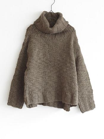 手編みのざっくりとした風合いが素敵な、タートルプルオーバー。首元まで暖かそうですね。