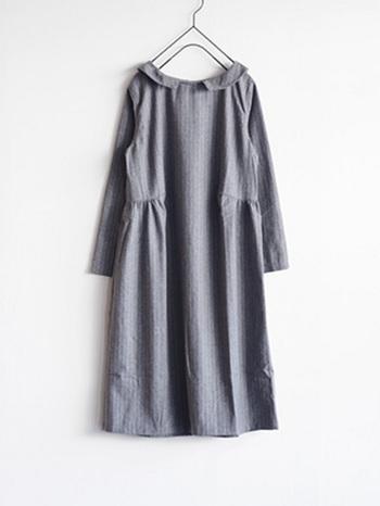 上品なストライプ柄と小さめの襟がクラシカルな印象のワンピース。