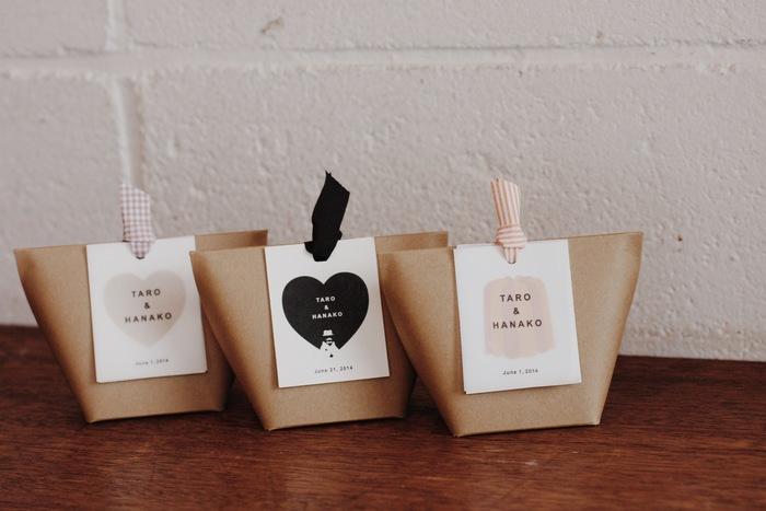 プチギフトのパッケージもシンプルで可愛い。タグやリボンもお好みのものを選べます。自分たちらしい結婚式を演出する、素敵なアイテムになりそうですね。