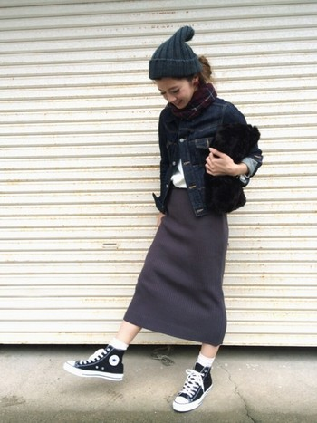 タイトなニットスカートに合わせて♪ 絶妙な長さのロングスカートにも、ハイカットスニーカー+白ソックスのチラ見せが今年流です♪