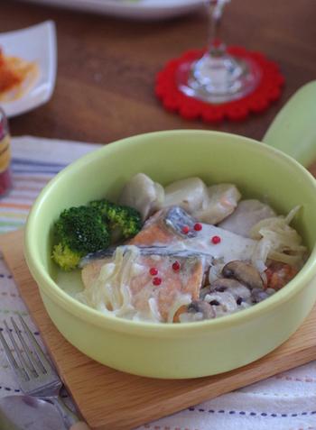 フランスの白い煮込み料理であるフリカッセを、鮭と里芋で。美味しく美肌効果も期待♪牛乳と生クリームでほっこりクリーミーなお味です。