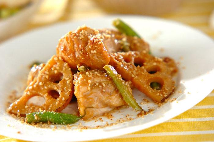 鶏もも肉と一緒にレンコンとサヤインゲンを煮込んで、最後に胡麻をふりかけます。ただでさえおいしい煮込みが、さらに風味豊かになります。