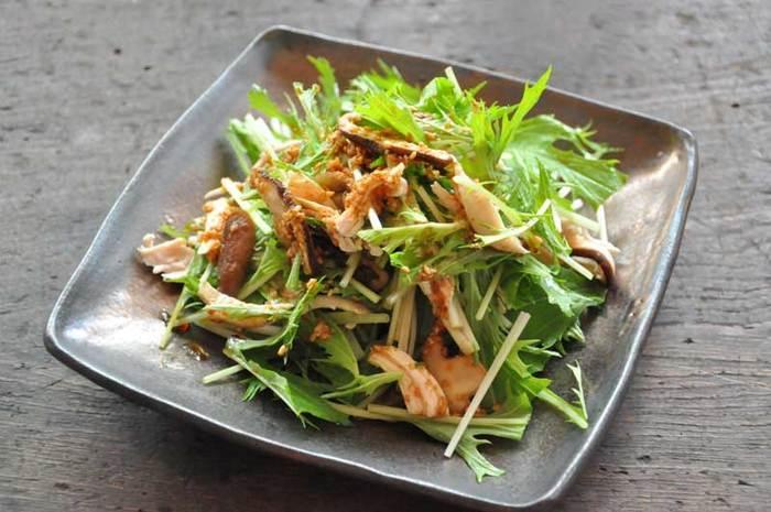 いつものサラダに胡麻をちょっと加えるだけで、味がワンランクアップするんです。材料は、水菜、鶏のささみ、椎茸だけなのですが、ごまをたっぷり使ったドレッシングを加えるだけで香り豊かなサラダに変身します。