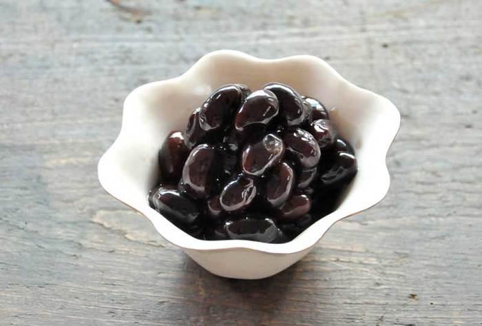 おせちで残飯率不動のNo1と言えばこちらの黒豆さん。 とってもおいしいのですが、なぜか余ってしまうんですよね。