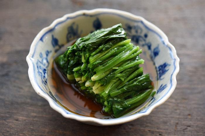 日本人の定番の副菜といえば〈おひたし〉。簡単に作れて、お野菜もたっぷりと食べることができる便利なおかずですよね。定番のお野菜を使ったおひたしのレシピ、そしてちょっぴり変わり種のおひたしレシピまで、とっても美味しい〈おひたし〉のレシピをご紹介します♪