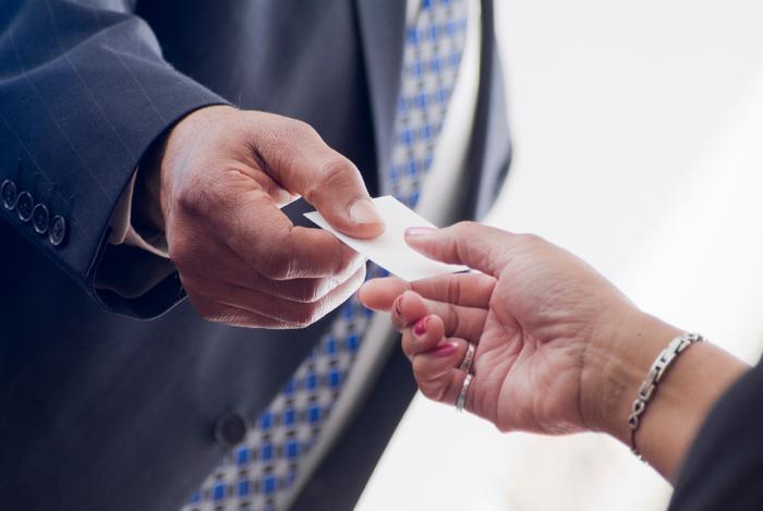 アルメニアペーパーを名刺入れに入れておくと、相手に名刺交換のときに香りも一緒に渡すことができます。名刺からいい香りがすれば、ビジネスで好印象になることでしょう。