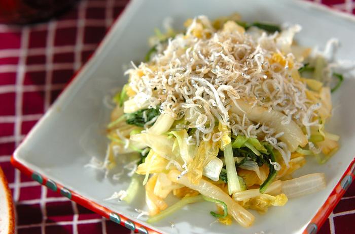茹でた白菜に味付けをし、ちりめんじゃこをトッピングした上から熱々のごま油を回しかけます。簡単で美味しい、あったかおひたしです。