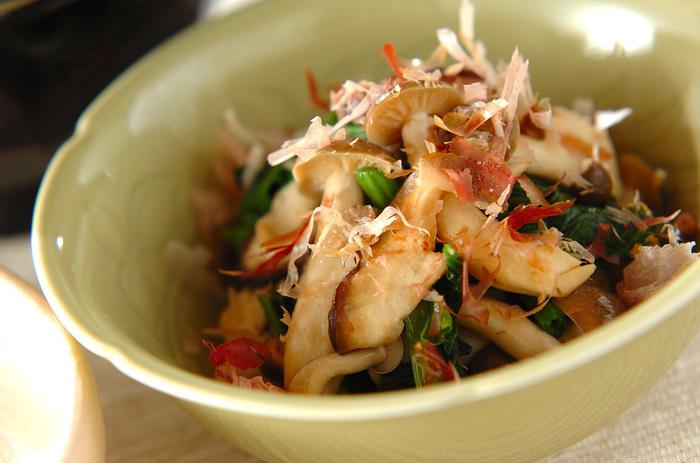 レシピではシメジとしいたけを使用していますが、好きなきのこを使っても美味しく食べられます。食物繊維もたっぷり摂れる、ほっこり美味しいおひたしです。