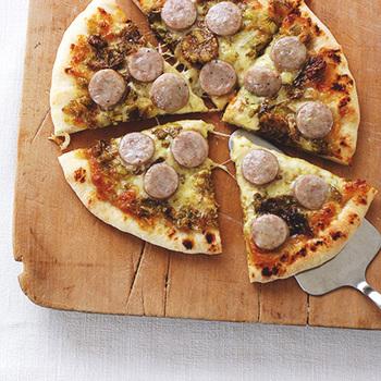 ふきのとうと味噌だれ、ソーセージにチーズ。和洋の旨みがピザ生地の上で融合した、満足度の高いオリジナルピザ。