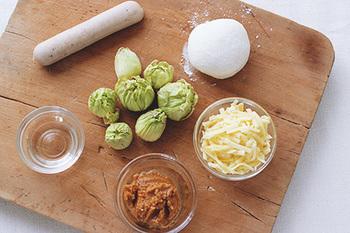 「ふき味噌」ではなく、生のふきのとうと味噌をピザ生地の上で合わせることで、ふきのとうの苦味や香りをより鮮やかに味わえます。