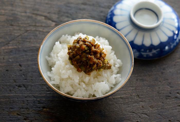 ふきのとうと相性のよい食材の代表格が「味噌」と「油」。その二つを練り合わせた「ふき味噌」は、ふきのとう料理の基本であり、味噌の種類や味付けでさまざまなバリエーションがあります。こちらは米みそとみりんで味付けするシンプルなレシピ。冷蔵庫で10日から2週間ほど保存できます。