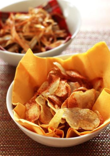 切り方が違うだけでまるで印象の違うジャガイモ。手作りのポテトチップスは、野菜の美味しさを実感できます。ごぼうチップスは食物繊維たっぷりで噛みごたえもあります。塩分を控えたり、食べた後に胃がもたれる感じがないのも手作りならではですね。