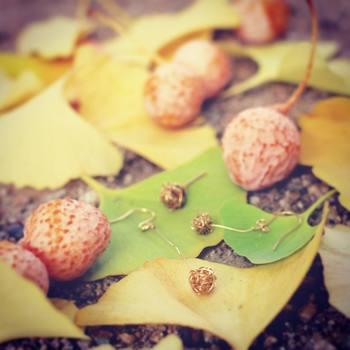 秋になると道端に落ちている銀杏も、アクセサリーになっちゃうんです!ころんとまあるい、キュートなピアスは秋冬にぴったり。