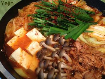 「チャムチ(참치)」は「まぐろ」のことでこのチゲにはツナ缶を使います。韓国の家庭料理の1つです。キムチとツナのうま味が染み出るレシピです。