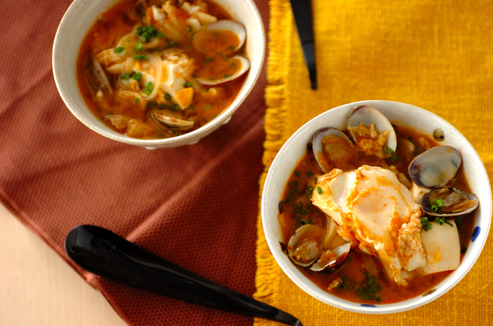 あさりの出汁をきかせたピリ辛スープと卵・豆腐との相性がばっちり。白いご飯もすすむ、冬の嬉しいメニューです。