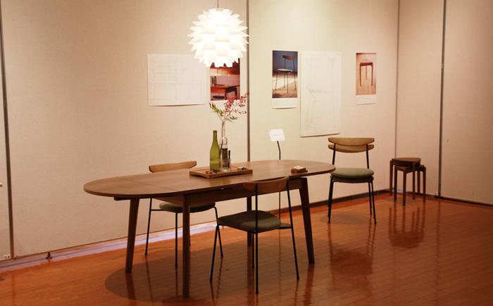 こちらは、「せまい」からこそ置きたくなるような家具をコンセプトに制作された「ちいさな家のダイニング」。日本装飾美術学校の、卒業制作展と9人展[えん]に出展した作品です。 実用的で、限られた空間を豊かに使えるような家具を探している方への提案としてデザインされた、天然の木を使ったダイニングセットです。