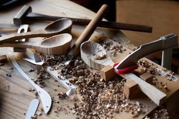 塩田素也さんは、1992年に埼玉県生まれ、1994年に長野に引っ越しました。2007年に日本装飾美術学校に入学し、4年間、木工や金属加工、デザインを学びました。そして2011年、「Motoraji 」の活動をスタート。木工家具を中心としたデザイン・製作をしています。