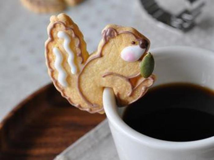 カップのふちにちょこんと腰掛けたリスのクッキー!コーヒータイムが楽しくなりそう♪