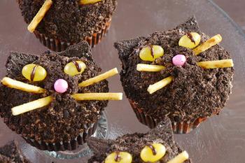 チョコレートの黒猫カップケーキ。らんらんと輝く眼は、ジェリービーンズです。