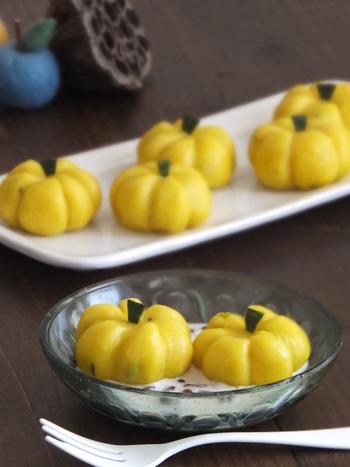 かぼちゃあんが入ったかぼちゃ型の白玉団子。何が入っているかわかりやすいところもいいですね!