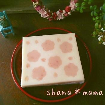 ピンクと白でとってもキュートな寒天のお菓子。サッとつくってあとは冷えるのをまつだけの簡単レシピです。