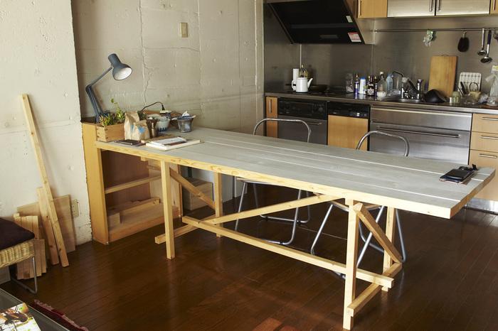 『102 PLANK TOP TABLE【M】(プランクトップテーブル)』  長~いテーブルだから、親しい友人を招いて楽しいひとときを過ごすのにぴったり。家族みんなが同じテーブルに集合して別々のことをしてもOKなゆったりサイズがうれしいですね。