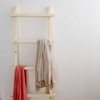『105 LADDER RACK(ラダーラック)』  服や小物を掛けたり、バスルームのタオル掛けとして利用したり、置く場所によって使い方は無限大。掛けたものが映えるシンプルなデザインなので、いろいろな用途に使えそうです。