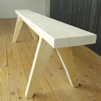 『106 SLIM BENCH【L】(スリムベンチ)』  スリムなのに存在感たっぷりなベンチ。ふだんは壁に寄せて荷物などを置いておいて、来客などでイスが必要なときに大活躍します。細長いデザインなので場所をとらず、いろいろ使いこなせるベンチです。
