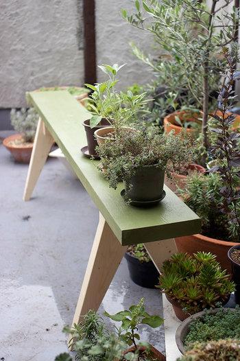 上部のみグリーンでカラーリング。色や加工によって全然雰囲気の違う家具になりますね。