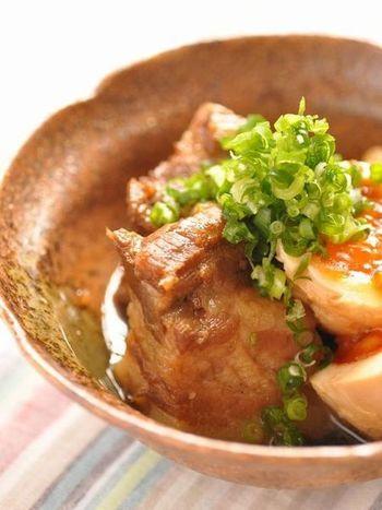 半熟卵は豚の角煮に欠かせない存在ですよね。ご飯にも、おつまみにももってこいの1品。こちらのレシピでのポイントは下ゆでした後に塩を入れて冷ますことで煮汁の味が乗りやすくなるそうです。