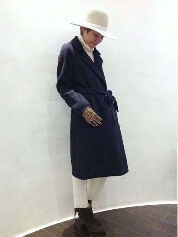 メンズコーディネートの醍醐味といえば、ロングコート。こちらのガウン型コートは、ウエスト部分を紐で縛っても、縛らずにフロントを開けて着てもかっこいいコートです。