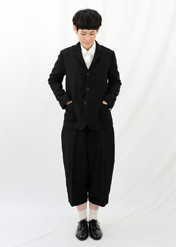 黒のジャケットと黒のガウチョは、きっちり感がかわいいセットアップ。白シャツや白ソックス、おじ靴で合わせればクラシカルで少年っぽいコーディネートに。
