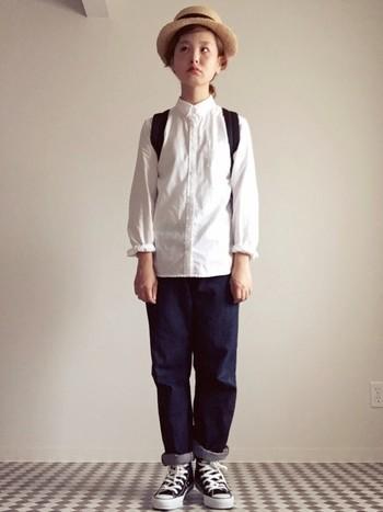 白シャツとデニム、スニーカーのメンズライクなコーディネート。シンプルだからこそ、女性の華奢さが際立つ女っぽいコーディネートです。