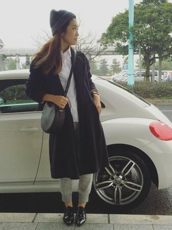 白シャツにリブパンツで合わせたラフコーデ。ニットキャップや丸いバッグなど、小物を上手に使って女性らしさを出していますね!