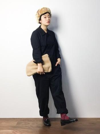 コットンのシャツつなぎは、くしゅくしゅっとしていて女性らしさが垣間見えるアイテム。色つきの靴下やもこもこアイテムと合わせれば、かわいさアップです。